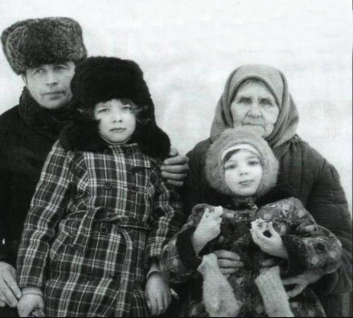 Ирина Пегова в Тупике на руках у бабушки. / Фото: www.irinapegova.ru