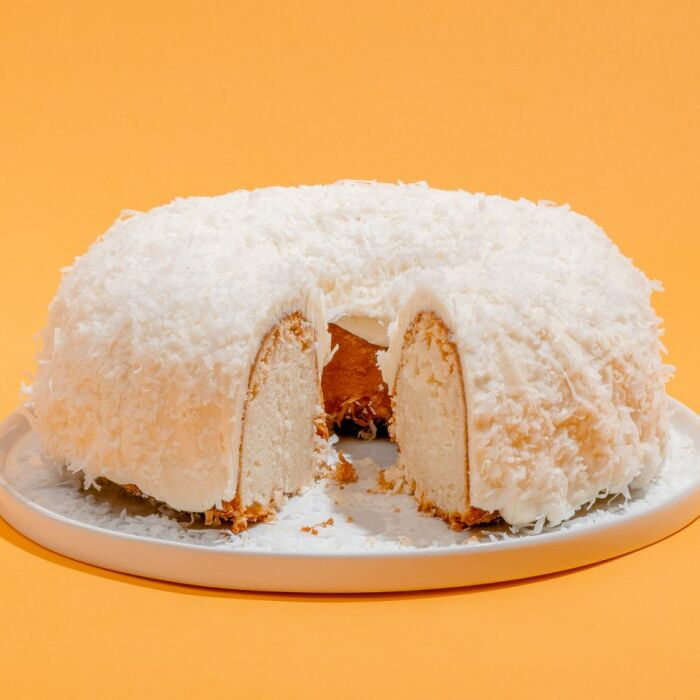 Белый шоколадно-кокосовый торт Bundt от Doan's Bakery. / Фото: www.yimg.com