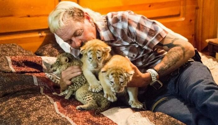 Кадр из сериала «Король тигров: убийство, хаос и безумие». / Фото: www.kinopoisk.ru