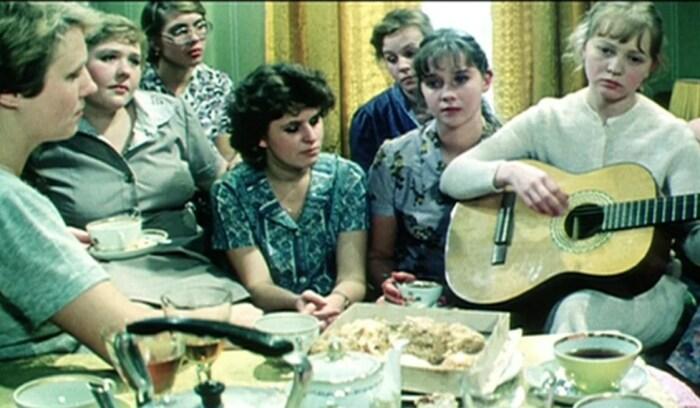 Кадр из фильма «Одиноким предоставляется общежитие». / Фото: www.yandex.net