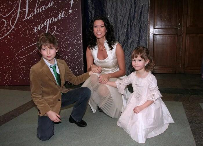 Ольга Слуцкер с сыном и дочерью. / Фото: www.yandex.net