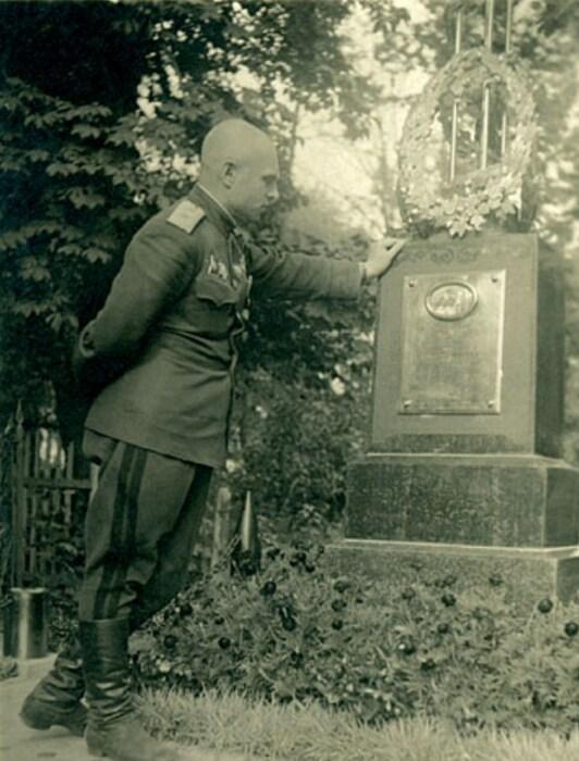 Василий Казаков у могилы жены. / Фото: www.marshalkazakov.ru
