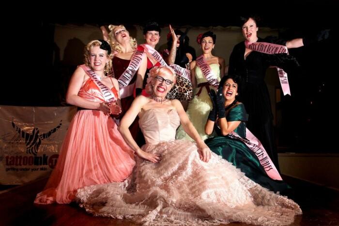 Участницы конкурса «Мисс Пин-Ап» вместе с ведущей (в центре). / Фото: www.nevsedoma.com.ua