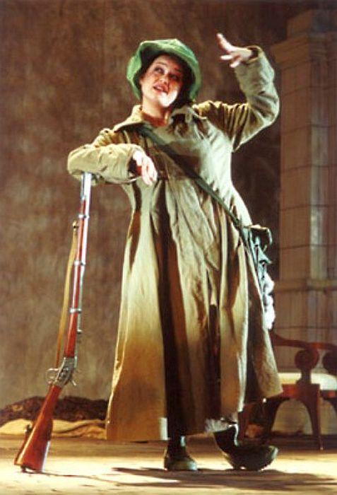Маргарита Шубина в роли Шарлотты Ивановны в спектакле «Вишневый сад». / Фото: www.mossoveta.ru