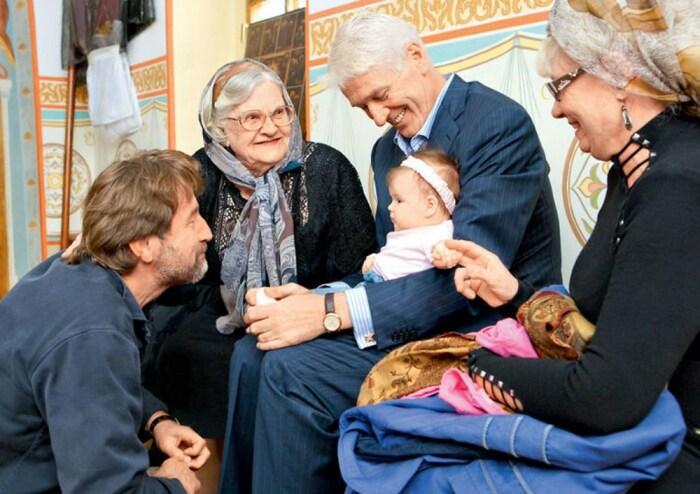 Александр Абдулов на крестинах дочери с мамой и Леонидом Ярмольником. / Фото: www.7days.ru