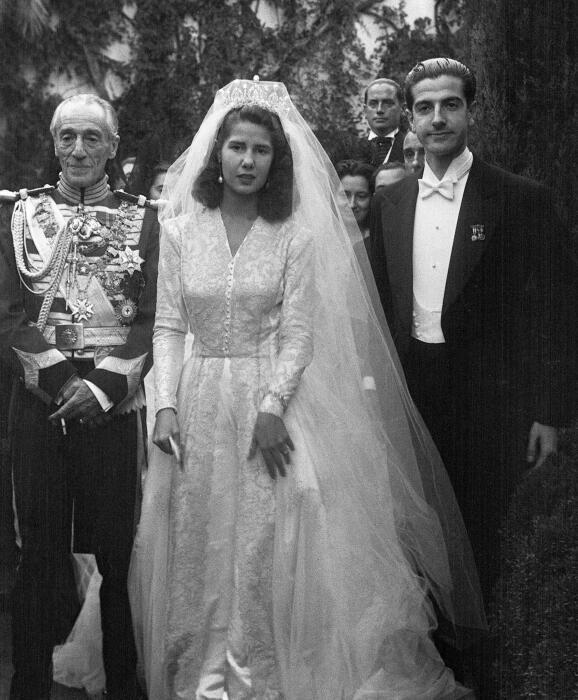 Каэтана Альба в день бракосочетания с Луисом Мартинесом де Ирухо. Слева от невесты её отец. / Фото: www.yandex.net