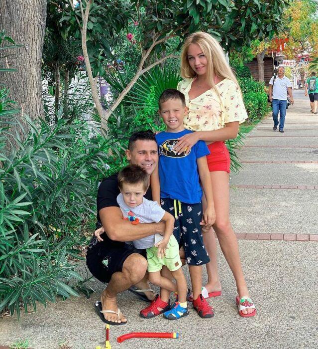 Дарья и Сергей Пынзарь с сыновьями. / Фото: www.123ru.net