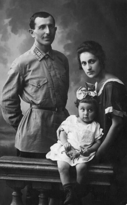 Иван и Тамара Баграмян с дочерью. / Фото: www.spouses-of-commanders.mil.ru