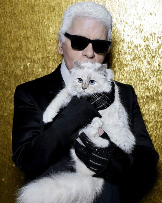 Карл Лагерфельд и его кошка Шупетт. / Фото: www.prorusdesign.ru