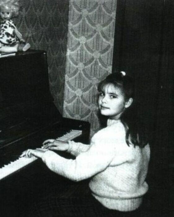 В музыкальной школе Ирина училась по классу скрипки, но мечтала играть на фортепиано. / Фото: www.irinapegova.ru
