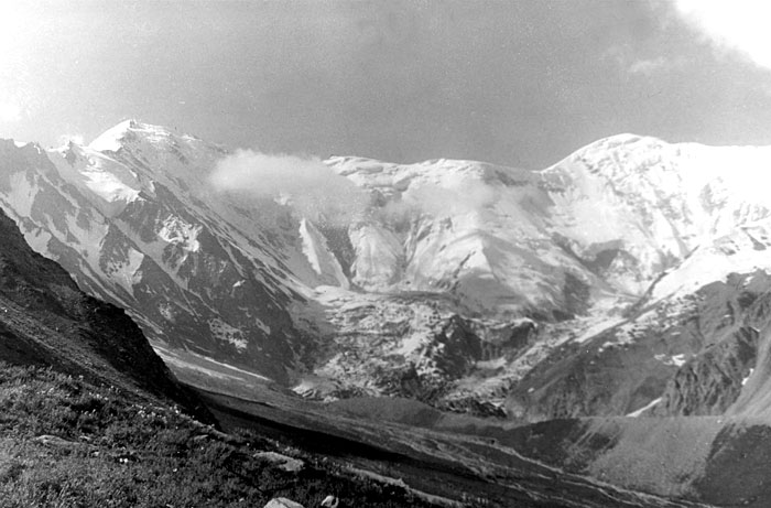Узел пика Шапак (справа) и перевала Хадырша (в центре). / Фото: www.mountain.ru