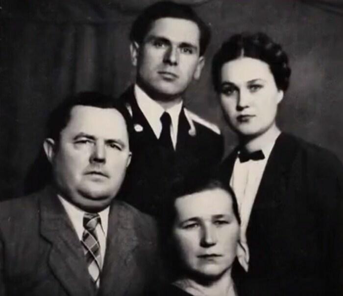 Людмила Алфимова с первым мужем и родителями. / Фото: www.nextfilm.io.ua