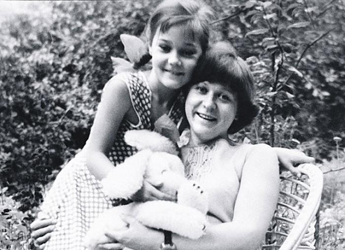Анна Тихонова в детстве с мамой. / Фото: www.muzh-zhena.ru