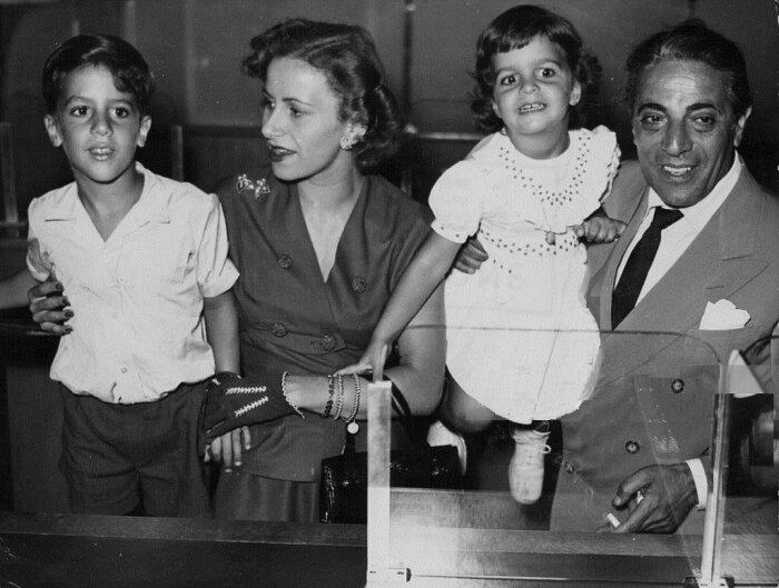 Аристотель Онассис и Афина Леванос с детьми.  / Фото: www.crazys.info