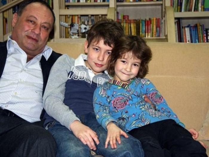 Владимир Слуцкер с детьми. / Фото: www.avrorra.com