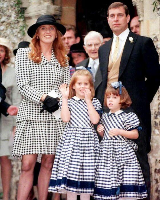 Принц Эндрю и Сара Фергюсон с детьми. / Фото: www.pinimg.com