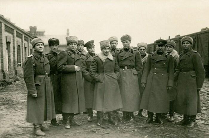 Василий Казаков с офицерами штаба артиллерии фронта. Слева от него сын Виктор. / Фото: www.marshalkazakov.ru