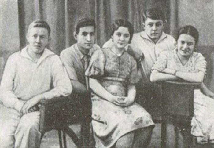 А. Солженицын, К. Симонян, Н. Решетовская, Н. Виткевич, Л. Ежерец. Май 1941 г.. / Фото: www.reshetovskaya.ru
