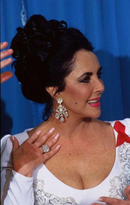 Элизабет Тейлор и её кольцо с бриллиантом Круппа. / Фото: www.ringsforwomen.org