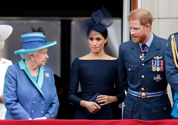 Королева Великобритании, принц Гарри и Меган Маркл. / Фото: www.pagesix.com