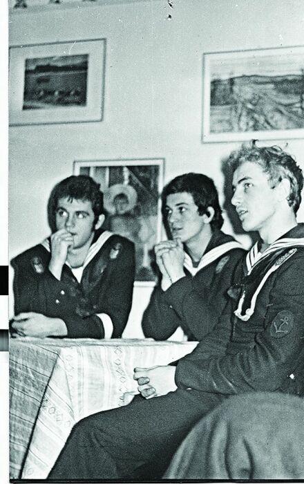 Януш Вишневский (крайний справа) с товарищами в морском училище. / Фото: www.weranda.pl