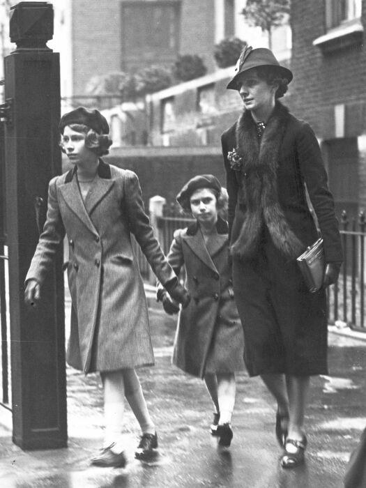 Мэрион Кроуфорд со своими воспитанницами. / Фото: www.history.com