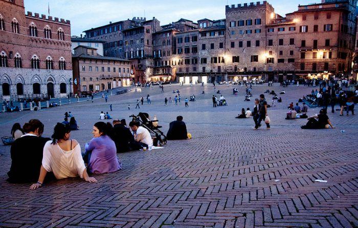 Итальянцы никуда не спешат. / Фото: www.arounditalia.ru