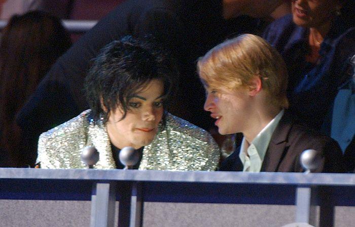 Майкл Джексон и Маколей Калкин. / Фото: www.oxygen.com