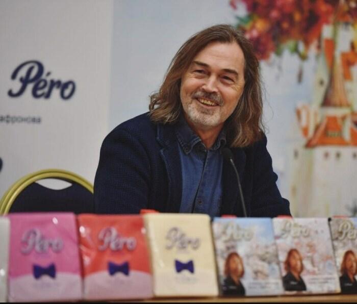 Никас Сафронов презентует салфетки со своими картинами. / Фото: www.twimg.com
