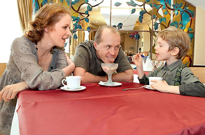 Андрей Панин и Наталья Рогожкина с сыном. / Фото: www.biografii.net