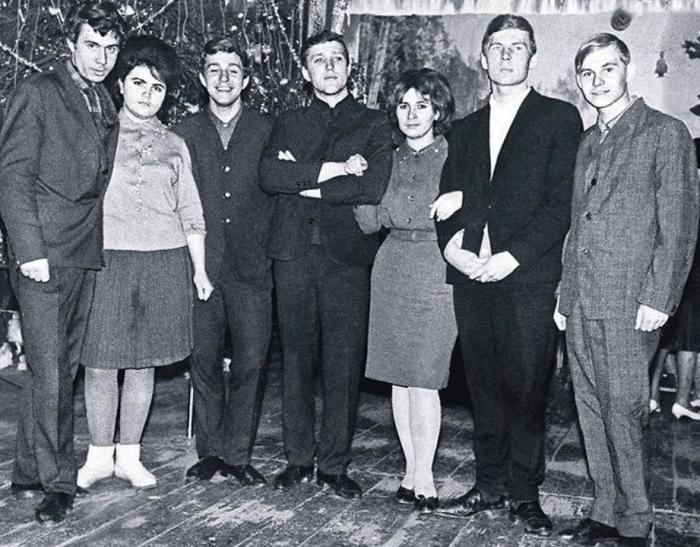 Владимир Гостюхин второй справа, рядом с ним - Наталья. / Фото: www.7days.ru