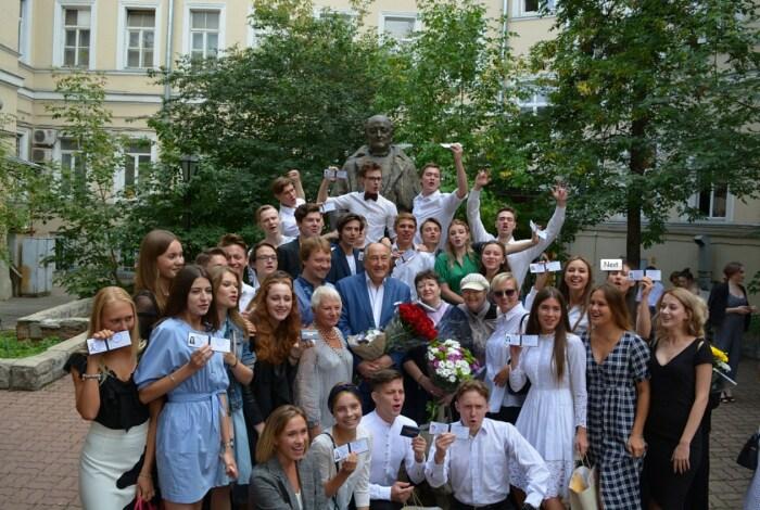 Борис Клюев со своими студентами. / Фото: www.shepkinskoe.ru