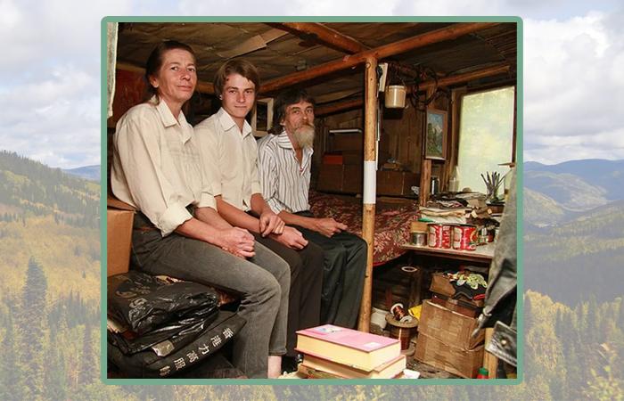 Оджан Наумкин с родителями в лесном жилище.