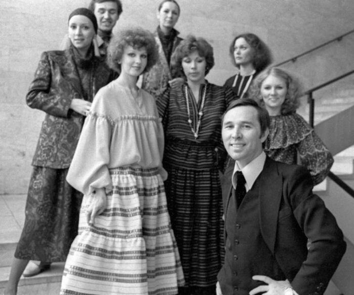 Вячеслав Зайцев с моделями. / Фото: www.aif.ru