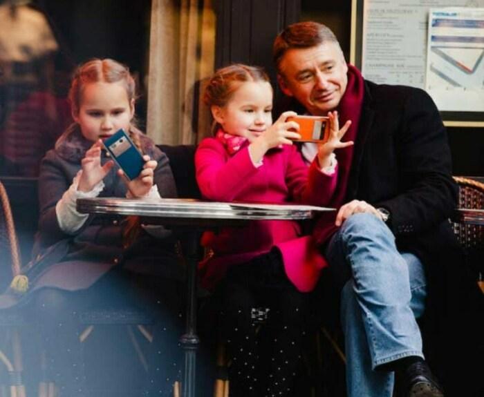 Антон Табаков с дочерьми Антониной и  Марией. / Фото: www.partiyawd.ru