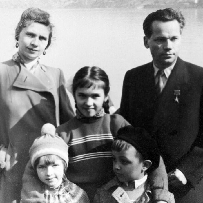 Михаил Калашников с женой и детьми. / Фото: www.ria.ru