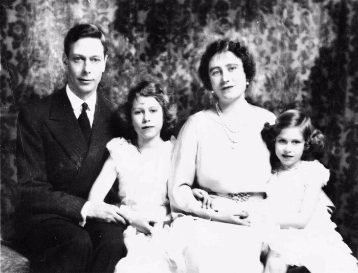 Георг VI с супругой и дочерьми. / Фото: www.pinimg.com