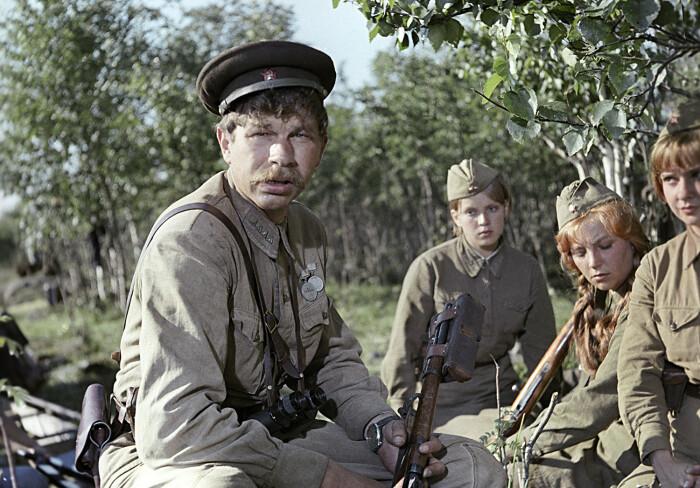 Кадр из фильма «...А зори здесь тихие». / Фото: www.linkis.com