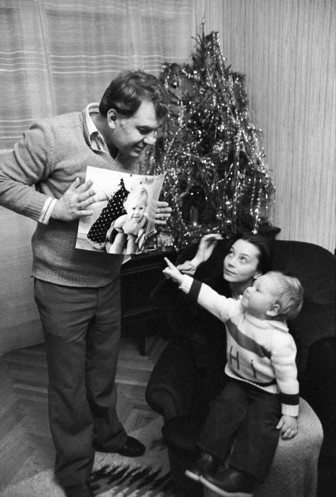 Эмиль Лотяну и Галина Беляева с сыном. / Фото: www.aif.ru
