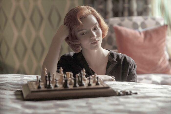Кадр из мини-сериала «Ход королевы». / Фото: www.kinopoisk.ru