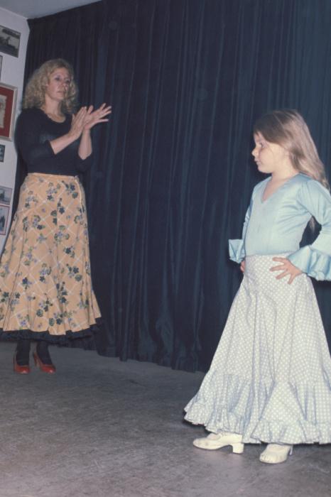 Каэтана Альба учит дочь танцевать фламенко. / Фото: www.livejournal.com