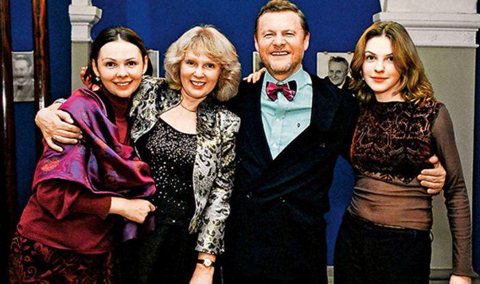 Виталий Соломин с женой и дочерьми. / Фото: www.buzzkitchen.ru