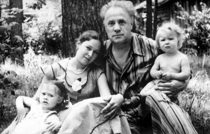 Михаил Жаров и Майя Гельштейн-Жарова с дочерьми Анной и Елизаветой. / Фото: www.yandex.net