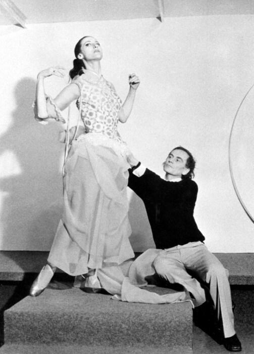 Майя Плисецкая и Пьер Карден на примерке костюма для балета «Анна Каренина». / Фото: www.nesnilos.com