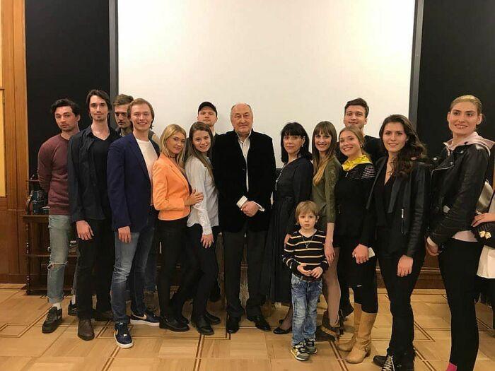 Борис Клюев со студентами. / Фото: www.gramlife.ru