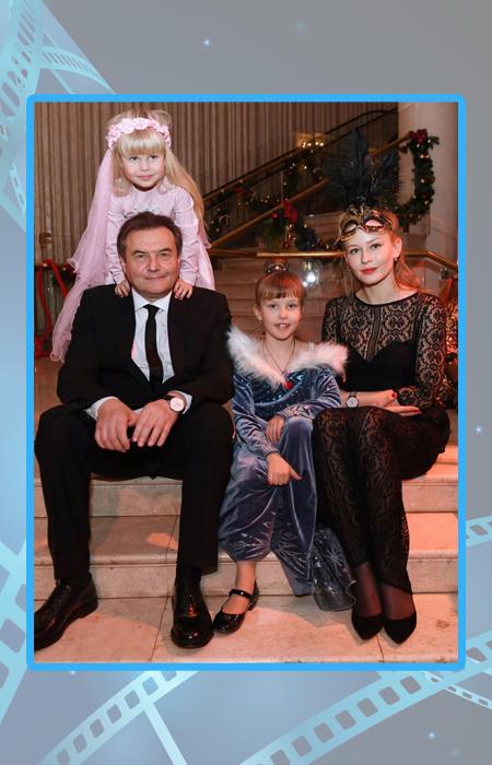 Юлия Пересильд и Алексей Учитель с дочерями.