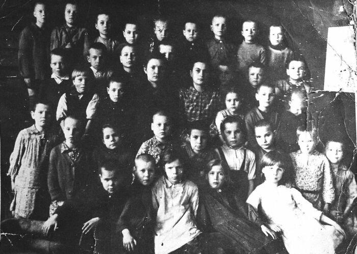 Матрёна Вольская с учениками смольковской школы. 1946 год. / Фото: www.rusmir.media