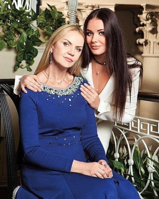 Оксана Фёдорова с мамой. / Фото: www.russianshowbiz.info