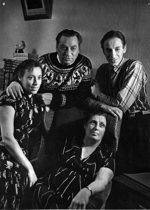 Василий Меркурьев и Ирина Мейерхольд с сыном Петром и дочерью Екатериной. / Фото: www.muzobozrenie.ru