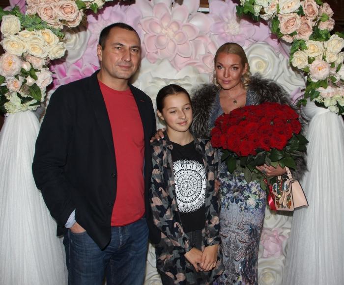 Анастасия Волочкова и Игорь Вдовин с дочерью. / Фото: www.womansstyle.ru